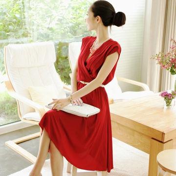 魅力玫紅斜褶V領洋裝